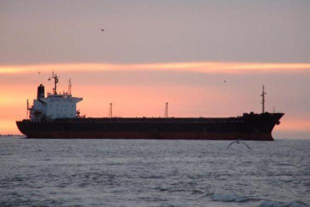 В Азовском море после столкновения со льдиной сухогруз сел на мель