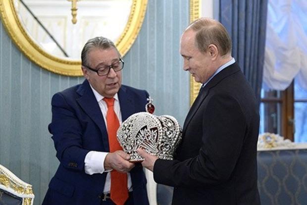 Путину вручили императорскую корону