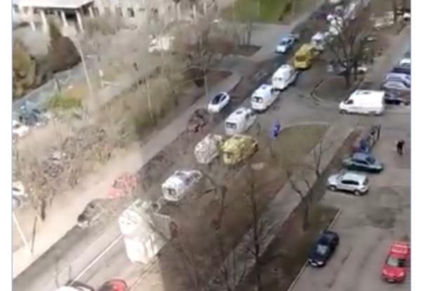 Конца края нет. Появилось видео огромного количества скорых к московскому госпиталю