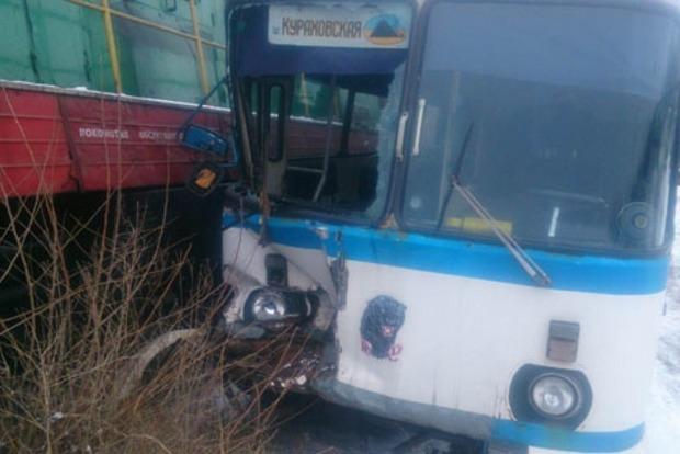 В Донецкой области автобус с рабочими попал под поезд: четверо травмированных