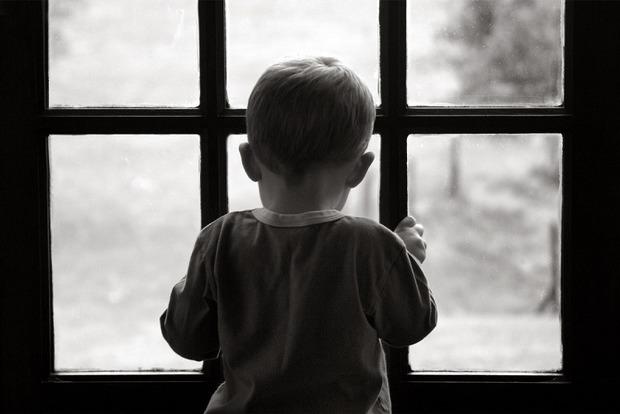 В Николаеве оставшийся под присмотром сестры мальчик выпал из окна