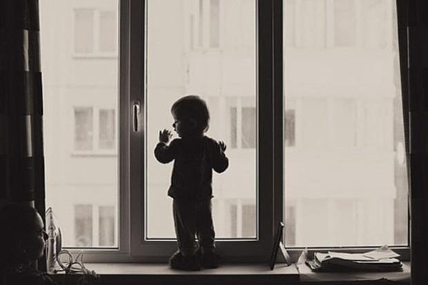 В Николаеве из окна второго этажа выпал трехлетний мальчик