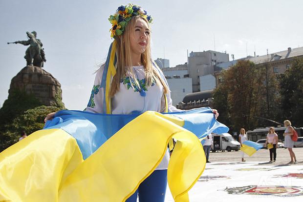 В Киеве десятки активистов сформировали «Живую карту Украины»