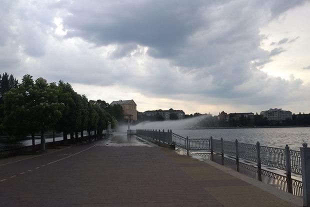 Из-за криворуких строителей фонтан в Тернополе топит отдыхающих