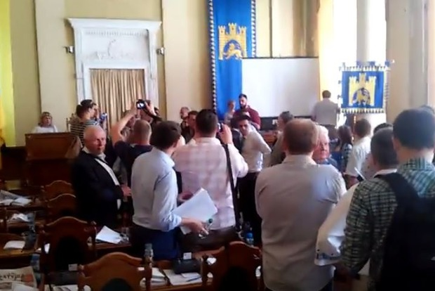 Во Львове активисты захватили трибуну сессионного зала горсовета и сорвали сессию