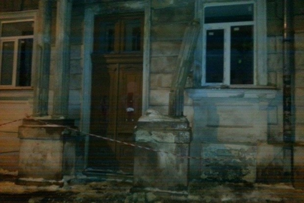 В Одессе у входа в школу рухнула колонна