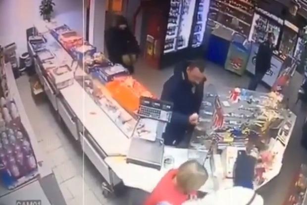 Полиция открыла дело из-за ограбления магазина сыном нардепа