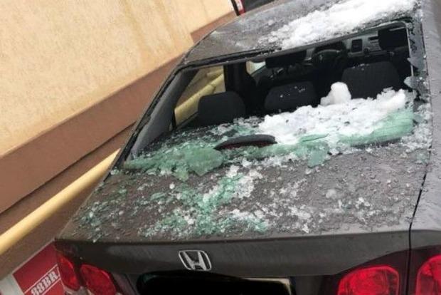 Брила льоду, щовпала здаху, розбила 18 автомобілів наБорщагівці