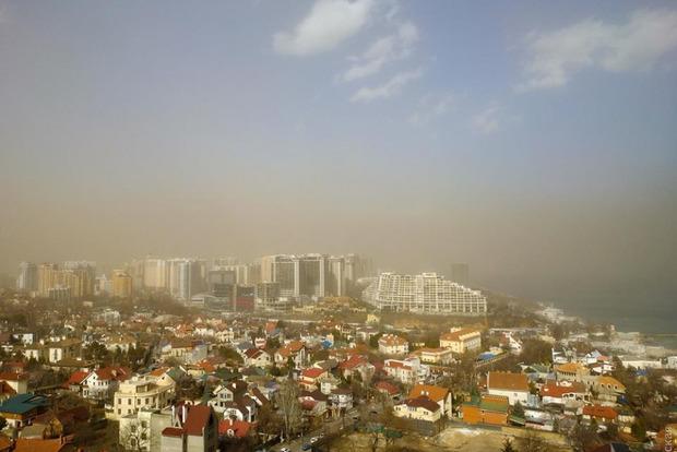 Негода по країні: Одесу накрила пилова буря