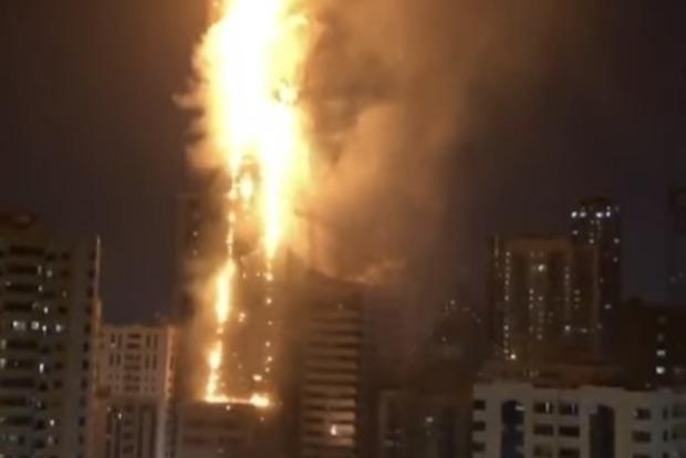 В Шардже, ОАЭ, горит огромный небоскреб