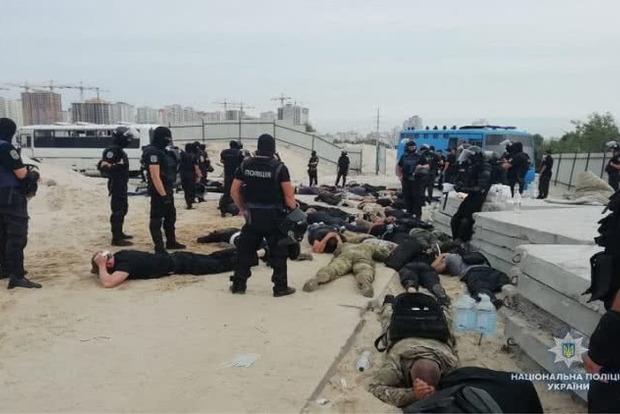 На скандальной стройке на Осокорках киевская полиция задержала несколько десятков вооруженных молодчиков