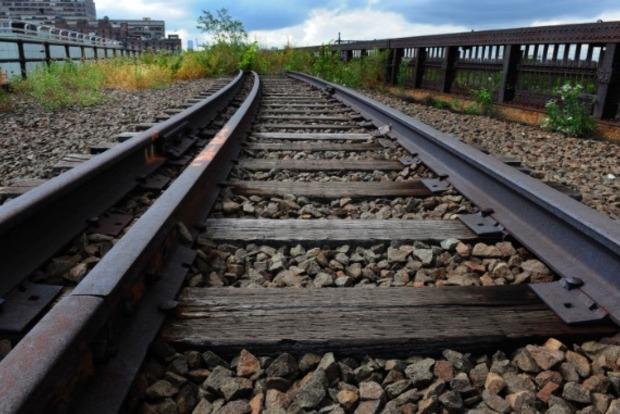 В Хмельницкой области грузовой вагон сошел с рельс, что привело к задержке нескольких поездов