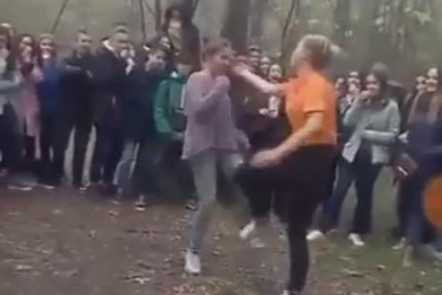 «Це колишні подружки»: в школі Каховки розповіли про жорстоку бійку школярок