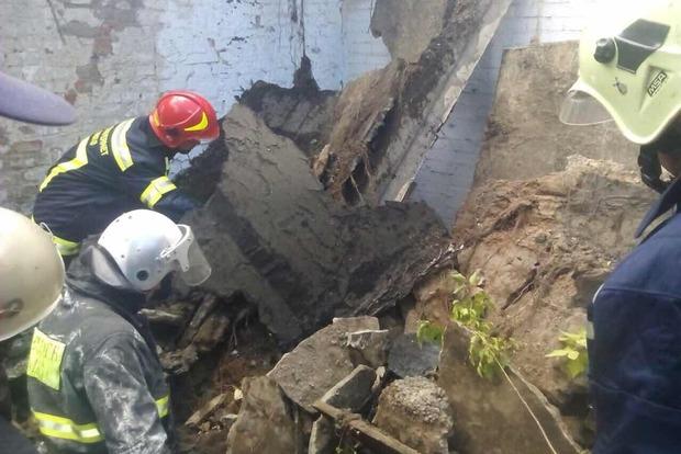 В Киеве под завалом обрушившейся стены оказался человек (фото)