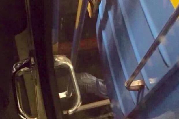 В Киеве мужчина упал под поезд метро