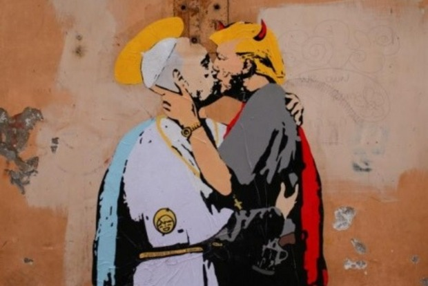 Под Ватиканом нарисовали мурал с поцелуем Трампа и Папы Римского