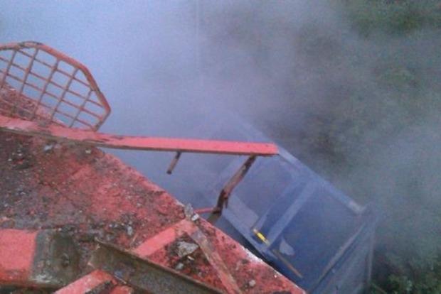 В России грузовик упал с моста на железнодорожные пути (фото)