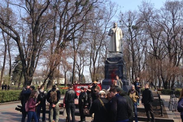 У могилы Ватутина в Киеве радикалы подрались с полицией