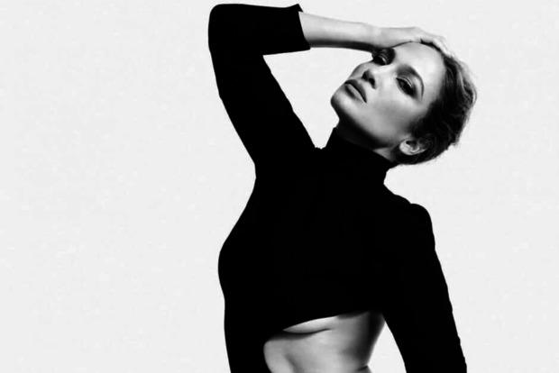 Дженнифер Лопес показала часть груди в откровенном платье черно-белой фотосессии