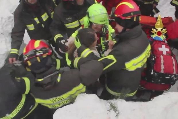 Сход лавины на отель в Италии: спасатели обнаружили 10 выживших