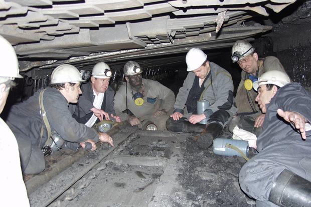 На шахте Новодонецкая произошла вспышка метана, пострадали горняки
