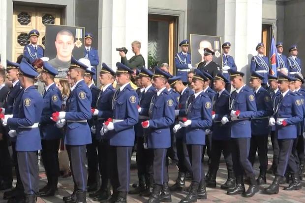 Возле Верховной Рады открыли памятную доску погибшим 31 августа 2015 года бойцам Нацгвардии