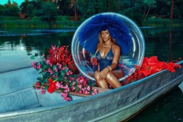 Округлилася ще більше: пишнотіла Ріанна в білизні поплавала по озеру