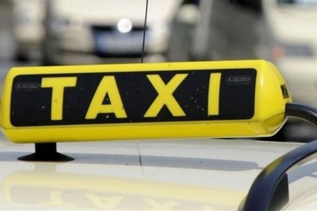 Таксисты в Днипре поймали мужчину, бросавшегося под автомобили