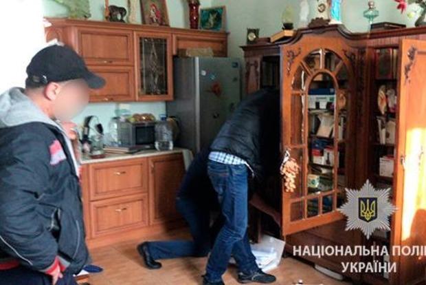 Банда на чолі з поліцейським підшукувала близнюків господарів квартир