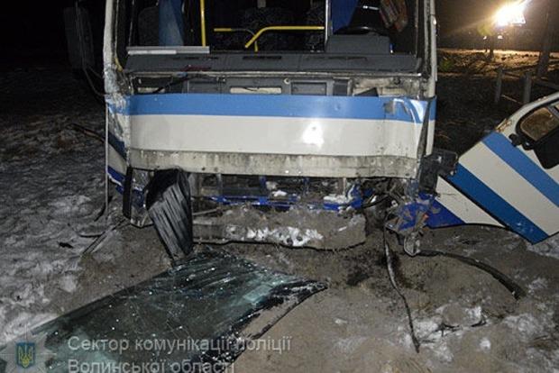 На Волыни пассажирский автобус врезался в столб, есть жертвы