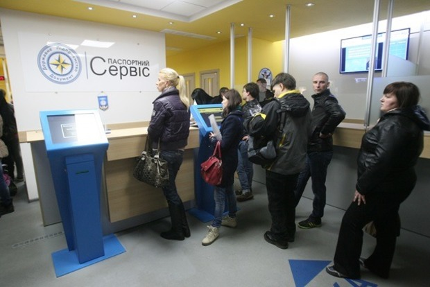 Миграционная служба заверила: они контролируют ситуацию с оформлением биометрических загранпаспортов