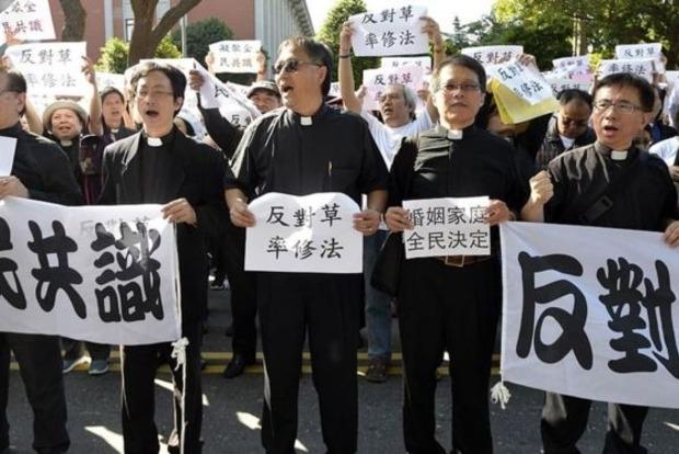 В Тайване противники однополых браков штурмовали здание парламента