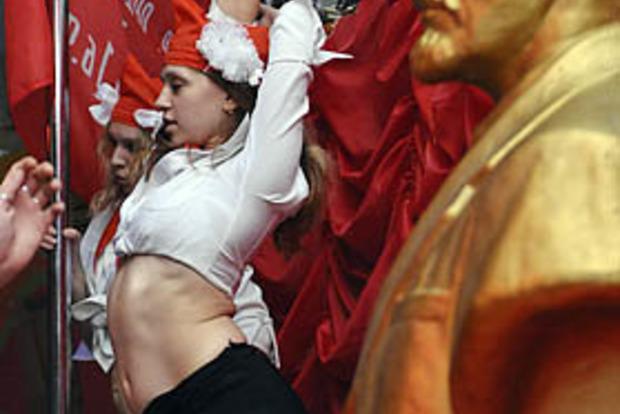 Настоящее лицо патриотизма: в России на фоне красного флага танцуют пошлый стриптиз (18+)