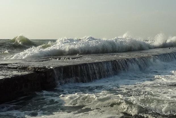 В Одессе мужчину смыло волнами с причала: тело ищут