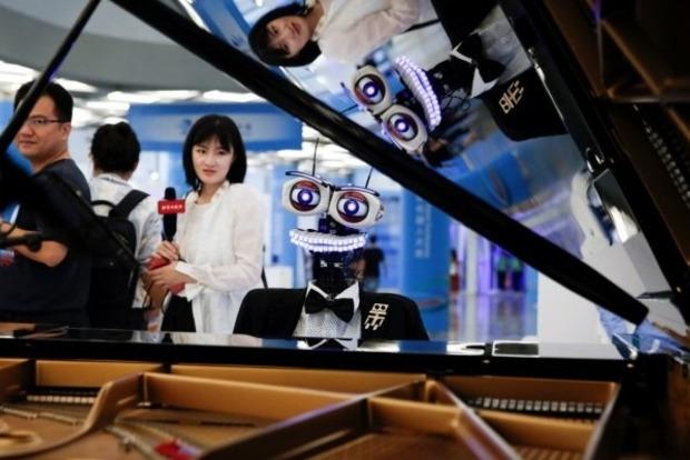 В Пекине выступил известный робот-пианист с 53 пальцами