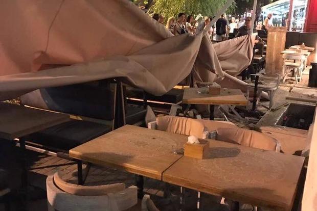 В Одессе обломки дома рухнули на летнюю площадку ресторана