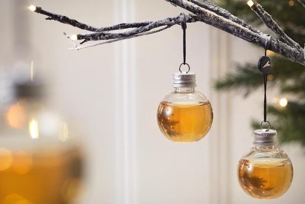Ёлочка, налей: вСоединенном Королевстве реализуют новогодние игрушки свиски, джином иводкой