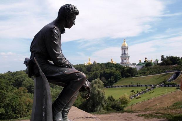 В Киеве возле памятника Быкову нашли самодельную могилу младенца