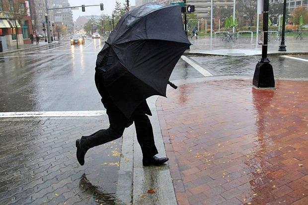 Дожди и сильный ветер обесточили почти 100 населенных пунктов