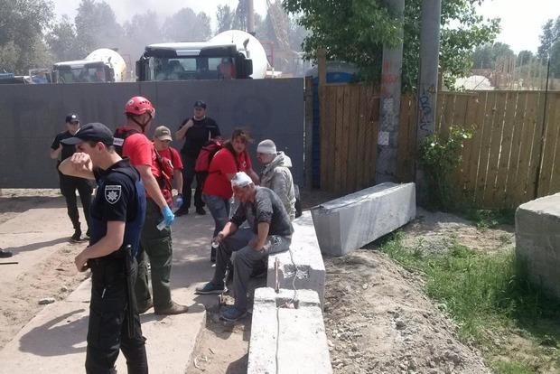 Какой мэр, такие и обычаи: В Киеве на незаконной стройке проломили головы защитникам природы