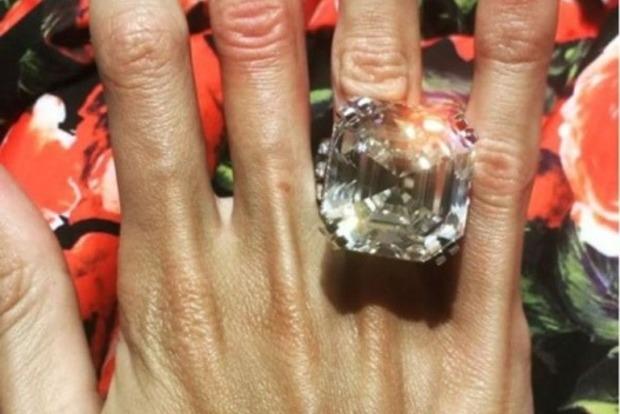 Супруга российского олигарха вызвала зависть британок своим кольцом с 70-каратным бриллиантом