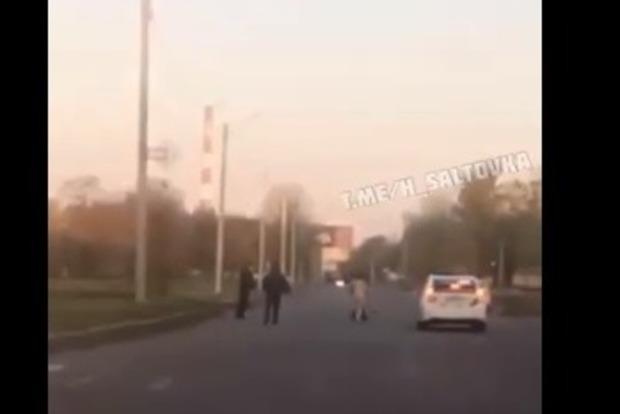 Улыбалась и угрожала ножом полицейским. Видео задержания женщины с отрезанной головой в пакете (18+)