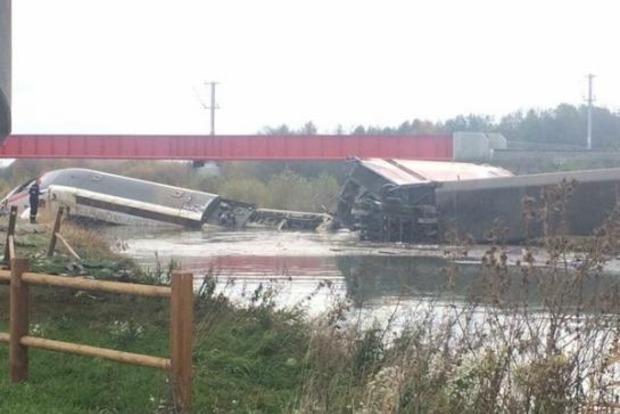 Во Франции поезд рухнул в реку, есть погибшие