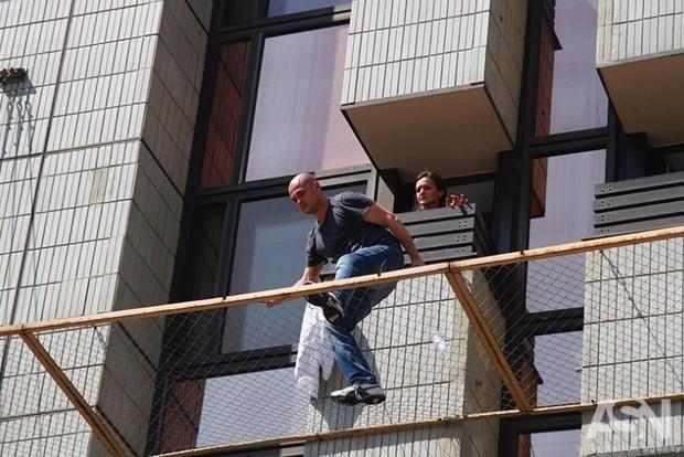 Просидевший полдня на навесе гостиницы самоубийца передумал прыгать