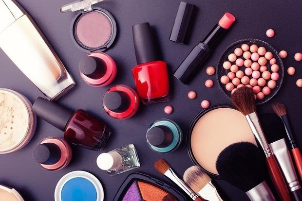 Косметика и шампуни сбивают женские гормональные циклы