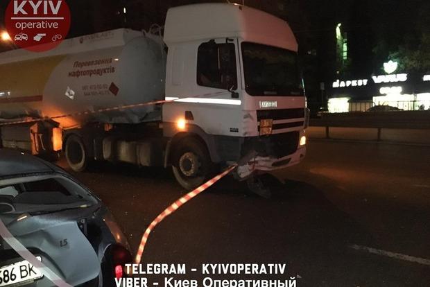 У Києві вночі бензовоз зім'яв Daewoo
