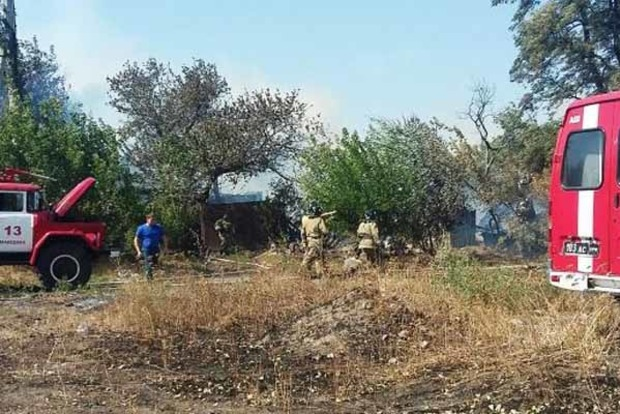 В Макеевке загорелось поле, огонь перекинулся на жилые дома