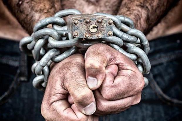 Житель села под Киевом держал в голодном рабстве 30 вьетнамцев