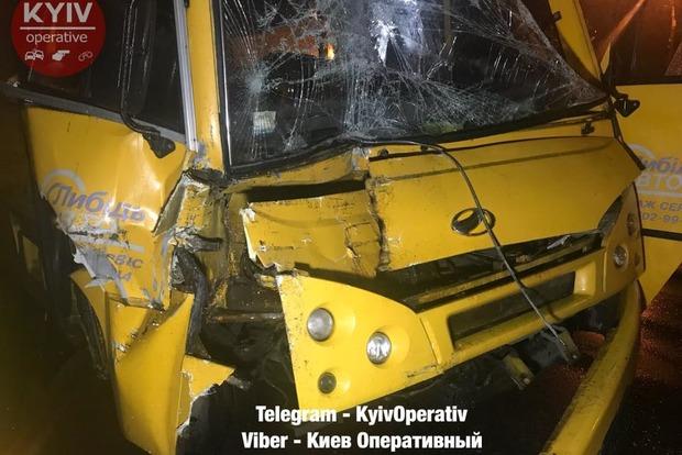 ВКиеве маршрутка спассажирами врезалась в грузовой автомобиль, есть пострадавшие