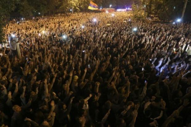 В столице Армении возобновились массовые акции протеста. Люди ворвались в парламент